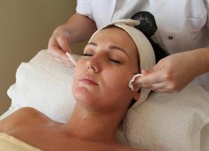Oczyszczanie manualne twarzy, szyi i dekoltu