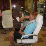Badanie twarzy klientki kamerą kosmetyczną